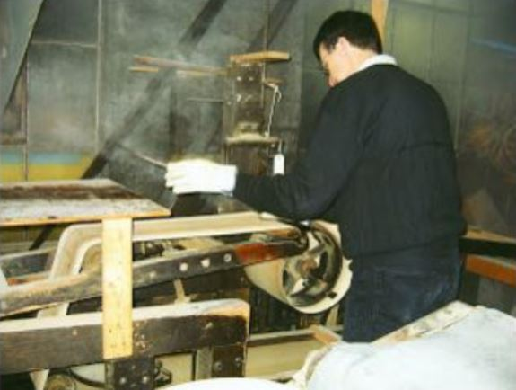 12.Jay Jones, the president of Noble & Cooley, uses an 1860 steam-bending machine to bend a tulip-wood drum shell.
